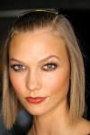 004-Donna-Karan-pokerova-tvar-top-10-jarnich-ucesu-vlasy-strihy