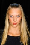 005-Donna-Karan-pokerova-tvar-top-10-jarnich-ucesu-vlasy-strihy