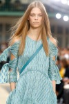 022-Chloe-pokerova-tvar-top-10-jarnich-ucesu-vlasy-strihy