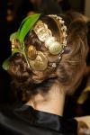 010-Dolce -x-Gabbana-ozdoby-do-vlasu-top-10-jarnich-ucesu-vlasy-strihy