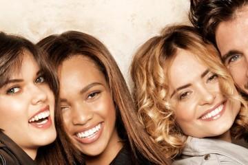 Skvělá nálada a smích, modelky Fabio Salsa srší dobrou náladou. Tato sezóna s kolekcí účesů podzim-zima 2013/2014 sází na přirozenost a zářivost: krásná mikáda, ofina, která zdůrazní pohled očí, lehce sestříhané vlasy, střihy ožívají se zářivou barvou a v různých podobách žensky laděných účesů.