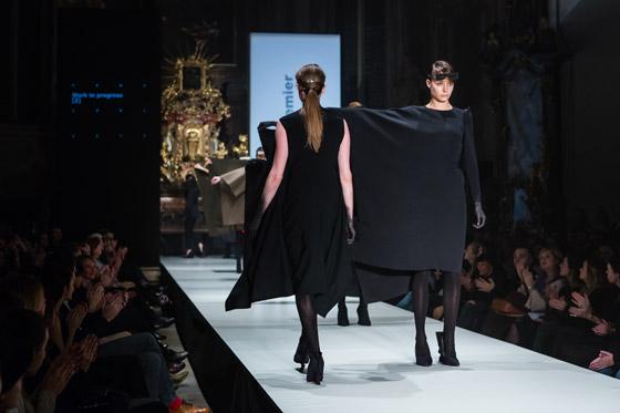 """Módní návrhářka Hana Zárubová dělá módu pomocí tvarů – důraz na vzory a barvy u ní nenajdete. Designérské myšlenky """"všívá"""" do střihů a forem."""