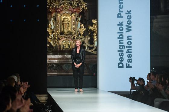 Módní návrhářka Hana Zárubová na své módní přehlídce v rámci Designblok Premier Fashion Weeku v kostele sv. Šimona a Judy.