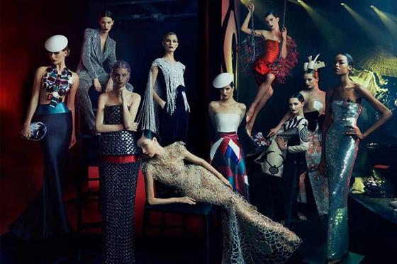 """Pro lednové číslo Vanity Fair, zachytil Norman Jean Roy tento nádherný skupinový portrét modelů představujících klíčové kousky z Armani putovní výstavní kolekce """"Eccentrico"""", která jako exponát cestovala do Milána, Tokia, Hong Kongu, Říma a do New Yorku. Kolekce nabízí další oblečení, šperky, boty a vůně z kolekcí Giorgio Armani a Armani Privé."""