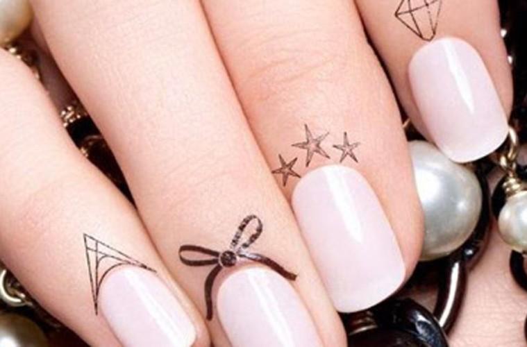 Trendem jara je tetování pod nehty! Manikúra dostává opět nový módní šmrnc.