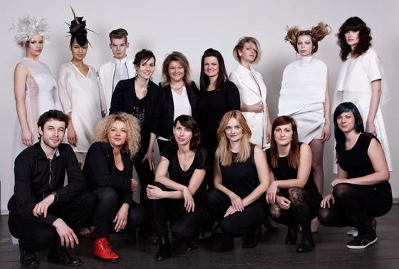Kadeřnický tým Haute Coiffure Francaise a modelky s novými účesy z kolekce CUT pro jaro a léto 2014.