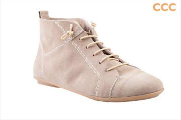 Kotníkové boty CCC z česané kůže jsou ideální pro jarní počasí. Za partnera jim vyberte džínsy a bundičku do pasu. (Cena.: 899 Kč)