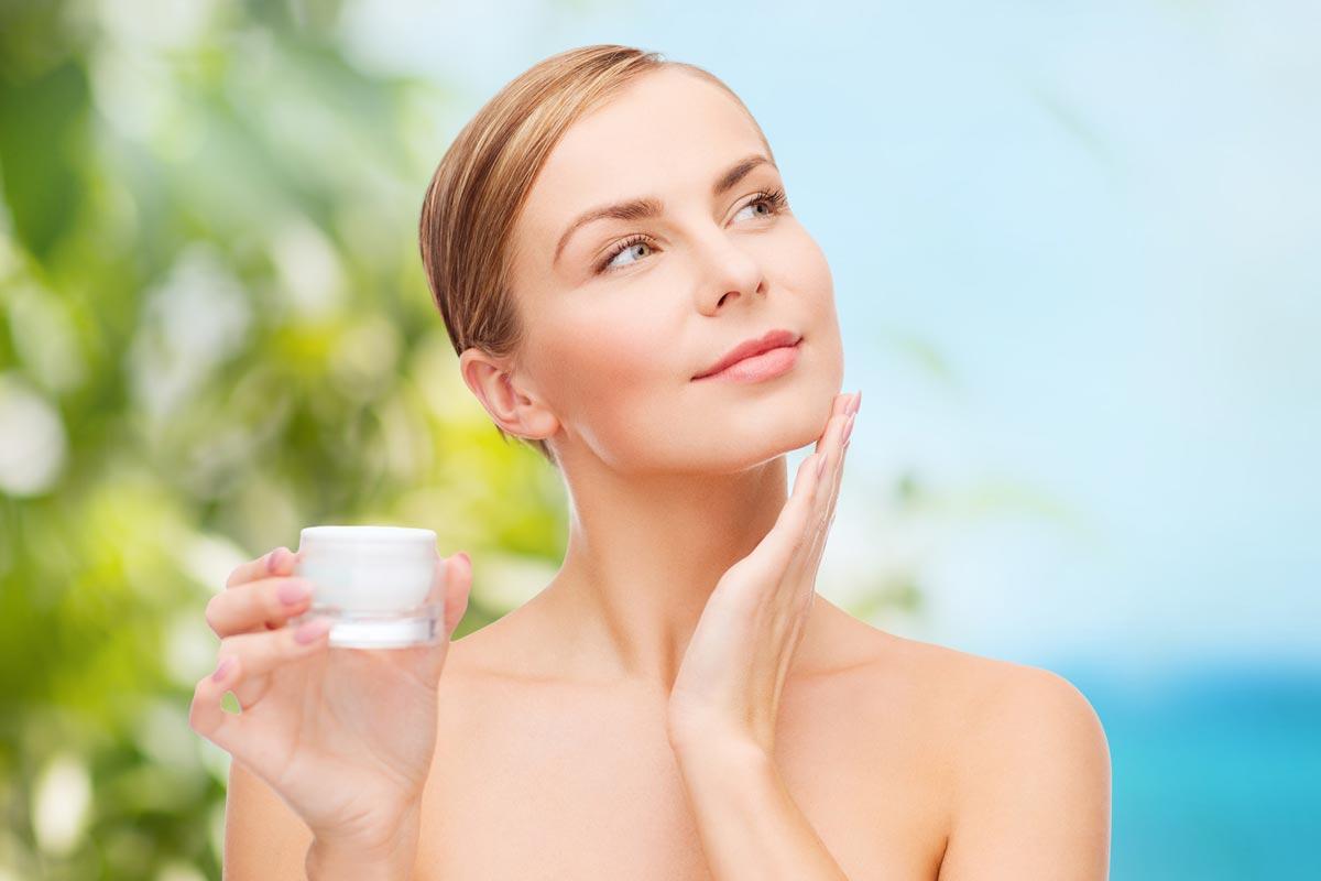 Kosmetické přípravky nám sice věčné mládí nezaručí, ale rozhodně umí stárnutí pleti oddálit.