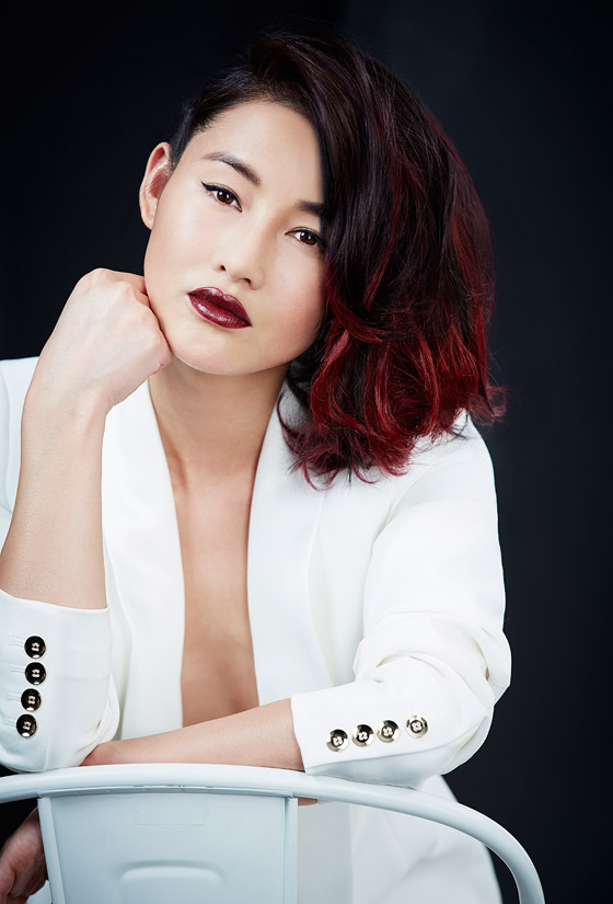 Modelka a IT girl Chen Ran představuje červenou ve stylu red ombre side-swept. Zkuste taky podobný účes!