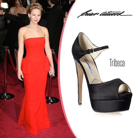 """""""Padací"""" boty z oscarovského outfitu Jennifer Lawrence jsou z dílny Brian Atwood. Model bot Tribeca je z černého saténu."""