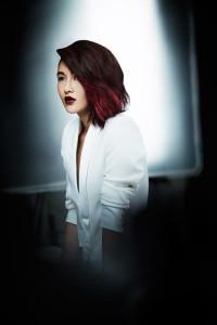 """Tři účesové trendy – ombré, česání na stranu """"side swept"""" a červená barva vlasů – to vše vám dodá skvělý módní vzhled."""