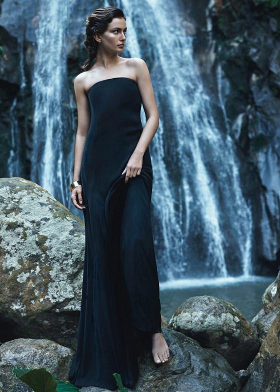 Dlouhé šaty bez ramínek (2399 Kč) – Mango, kolekce Minimal cuts.