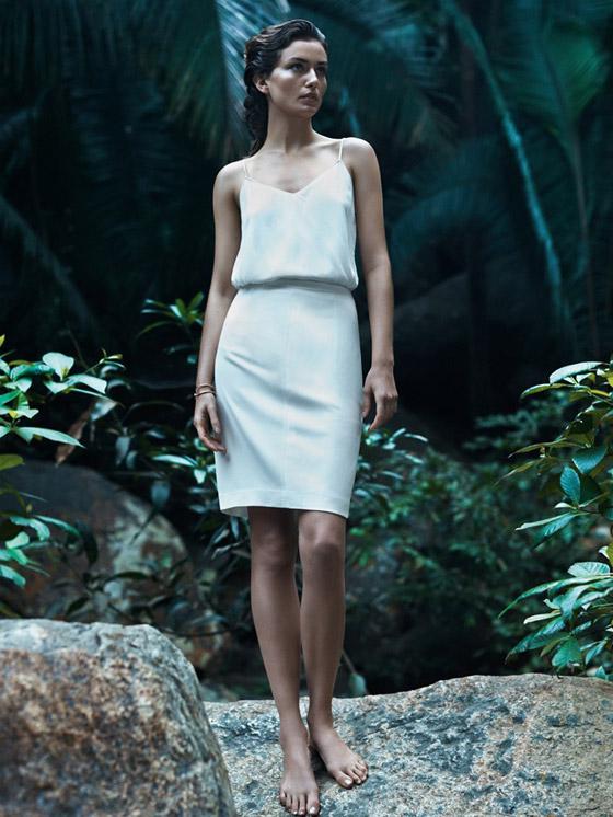 Top na ramínka (599 Kč) a pouzdrová sukně (899 Kč) – Mango, kolekce Minimal cuts.