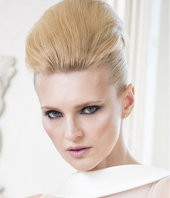 Hladce vyčesaný svatební účes pro blondýnku s vlnami. (Anne Veck Hair: Desire Bridal Collection 2014)