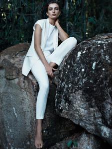 Bílý outfit z trička (299 Kč), vesty (1199 Kč) a kalhot (899 Kč) – Mango, kolekce Minimal cuts.
