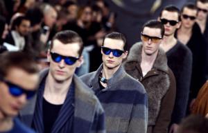 Každému looku v pánské kolekci Louis Vuitton je určen konkrétní typ slunečních brýlí v různých barvách. Bočnice lze upravit a brýle jsou veskrze praktickým doplňkem moderního objevitele.
