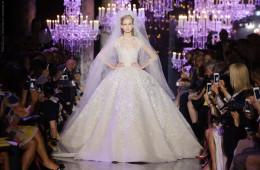 Luxusní svatební šaty jako naprostá klasika – od návrháře Elie Saab z Haute Couture Fall 2014 kolekce.