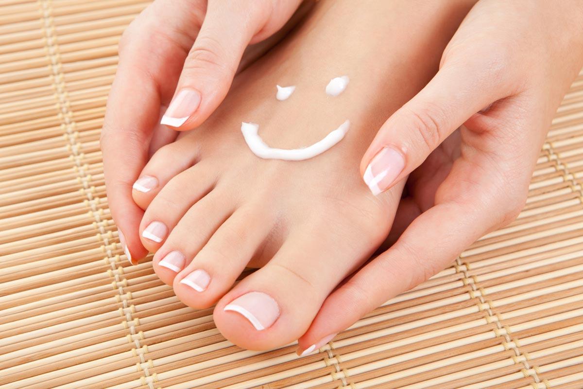 Mažte! Pedikúra doma znamená udržet nohy hebké a vláčné také za pomoci kvalitních krémů.