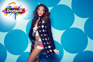 Modelka Chantelle hraje mimikry s puntíky Desigual.