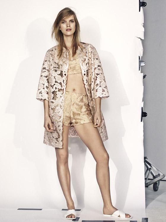 Zlatý letní outfit kombinován s vyšívanou kajkou mezi letním oblečením H&M doslova září.