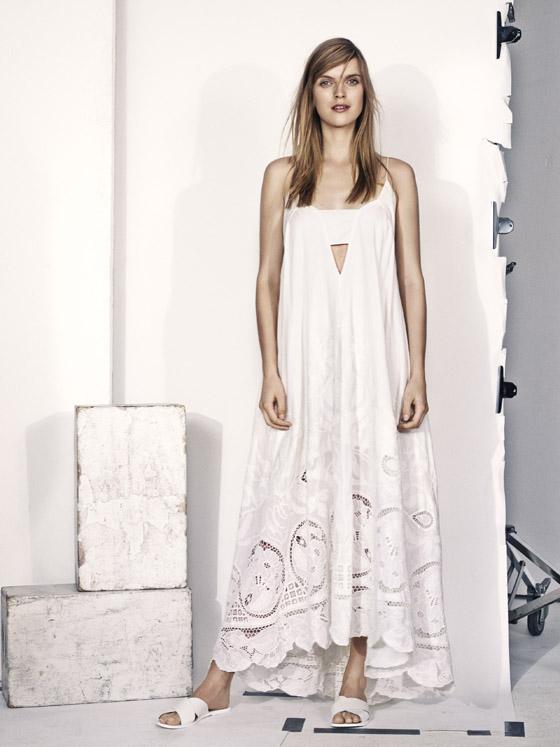 Letní kousky oblečení z H&M nabízí kousky, jakoby vyšité prostřihávanou výšivkou.