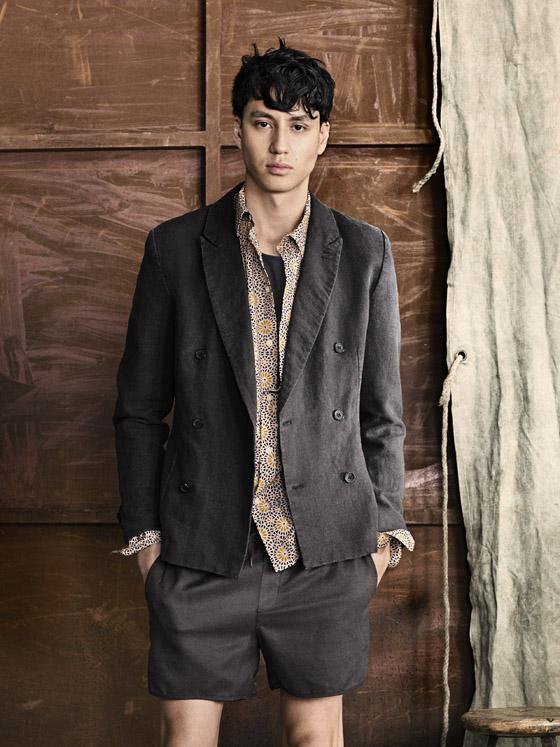 Oblečení H&M pro muže z kolekce léto 2014 nabízí elegantní pánské komplety. Letní sako má podobu lehkého kousku oblečení i košile s krátkým rukávem.