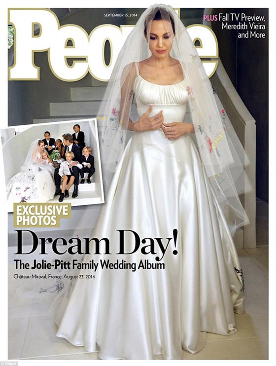 Svatební šaty Angelina Jolie na obálce magazínu People, který jako první přinesl fotografie svatebních šatů a svatby páru nazývaného také Brangelina.