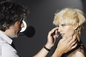 Blond účes v podobě krátkého mikáda a blond barva s názvem platinová polární blond. (Kadeřnický salon Franck Provost)