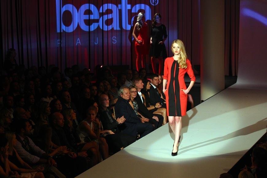 Červené pouzdrové šaty od Beaty Rajské (podzim/zima 2014/2015) zdobí dva černé pruhy.