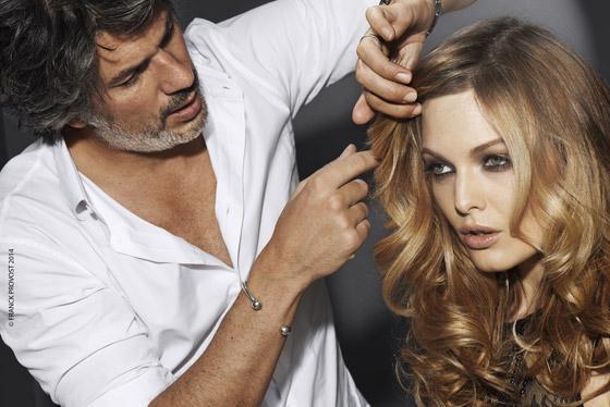 Blond účes v podobě dlouhého vlnitého blond účesu a teplá zlatá blond barva. (Kadeřnický salon Franck Provost)