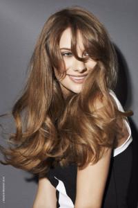 Blond účes v podobě dlouhého mírně vlnitého blond účesu a benátská blond barva. (Kadeřnický salon Franck Provost)
