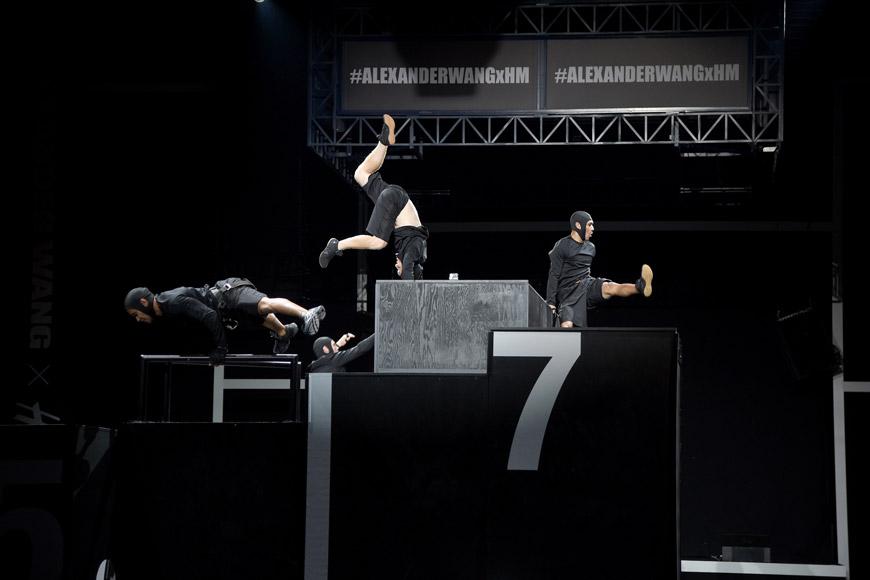 Sportovní duch kolekce Alexander Wang pro H&M se zrcadlil také v performancích v rámci slavnostního uvedení kolekce na newyorské módní přehlídce.