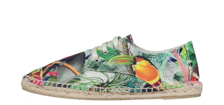 Atraktivní doplňky v pánské Desigual kolekci doplňují kompletní outfity. Pantofle, tenisky, pánské espadrilky  – to vše je opět barvené a vzorované.