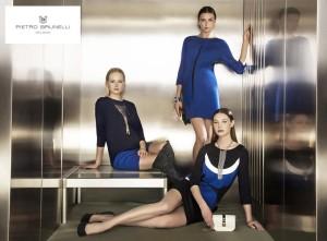 Těhotenská móda Pietro Brunelli pro podzim/zima 2014/2015 – zkuste módní kobaltově modrou v kombinaci s neutrální černou a bílou.