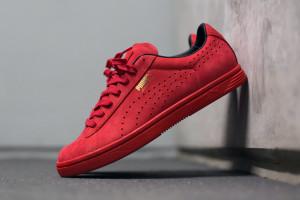Tenisky PUMA Court Star OG pořídíte jako bíločervené, černočervené nebo celočerné módní tenisky se zlatým logem značky.