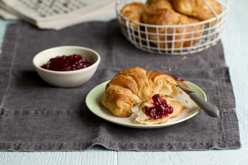 Není nic lepší než voňavý a křupavý croissant s domácím malinovým džemem! Vyrobte si jej snadno s pomocí Thermomixu!