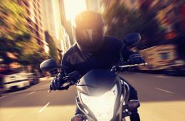 Nezapomeňte že používání moto přilby předepisuje vyhláška a to jak řidiči motocyklu, tak jeho spolujezdci. Vybrat si kvalitní a tu v nejlepším designu je pak už na vás.