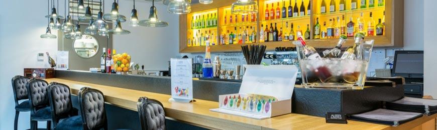Nejen bar zdobí v restauraci Aliter osvětlení z dílny české designérky Lucie Koldové.