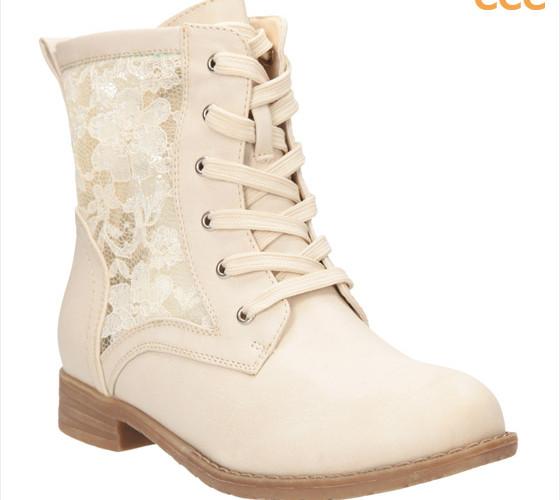 e22adbe8465 Kotníkové boty CCC ve stylu tradičních workerek oživila módní krajka.  (Cena  899 Kč