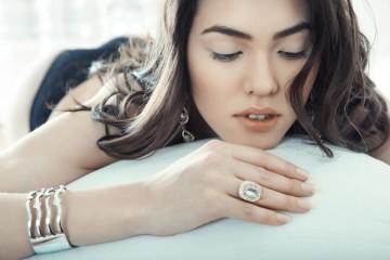 K ženám šperky patří a také je milují. Často si ale o ně neumíte říct. Naučte se to a vyhnete se nechtěným dárkům!
