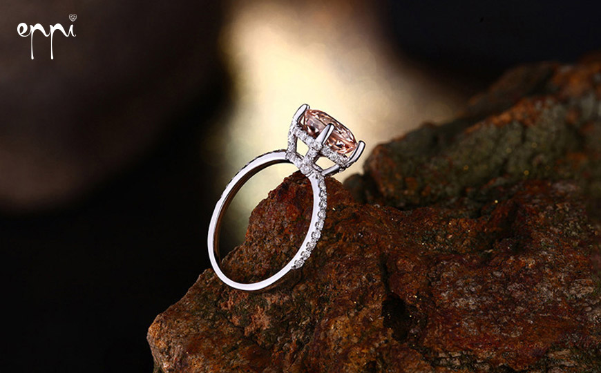 Zásnubní prsten si zaslouží celou ruku! Zejména pokud je výrazný, s větším kamenem nebo bohatěji zdobený, nekombinujte jej s dalšími prsteny na stejné ruce. Na obrázku je nádherný zásnubní prsten s morganitem a diamanty Annis. Nabízí jej internetové klenotnictví Eppi.cz.