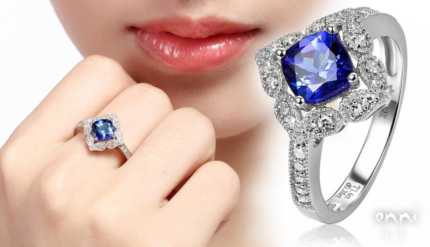 Velké prsteny s drahokamy nebo s perlou potřebují vyniknout. Noste je jen při vhodných příležitostech. Na obrázku je zlatý prsten s cushion tanzanitem v královské modré barvě a diamanty Adalyn.