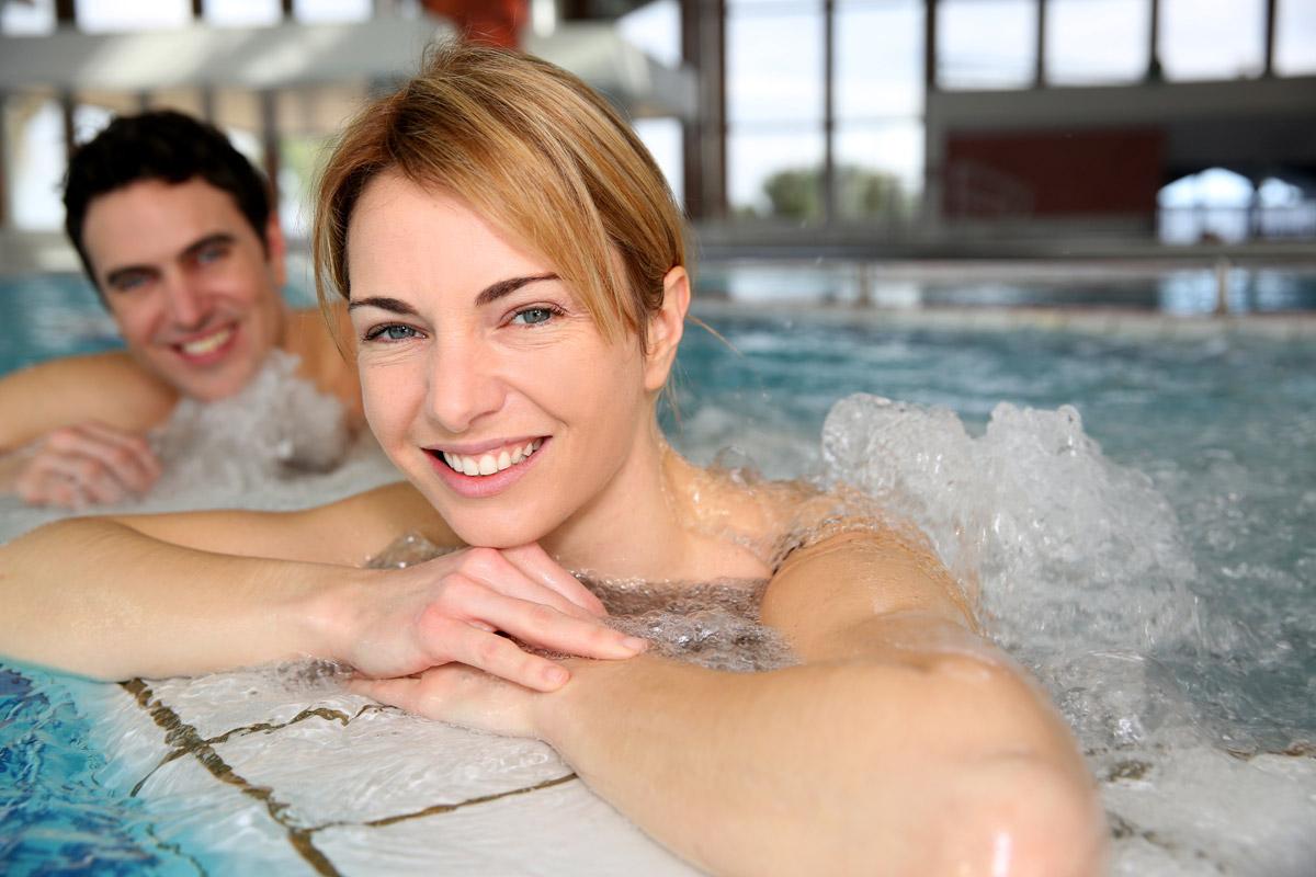 V létě i v zimě jsou příjemné wellness pobyty pro dva. Kvalitní ubytování za zvýhodněné ceny vám nabídne Slevomat.