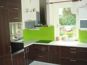 Skleněné obklady se staly hitem moderních kuchyní a stále více nahrazují klasické keramické obklady. Dodavatelem je společnost HM-sklo.