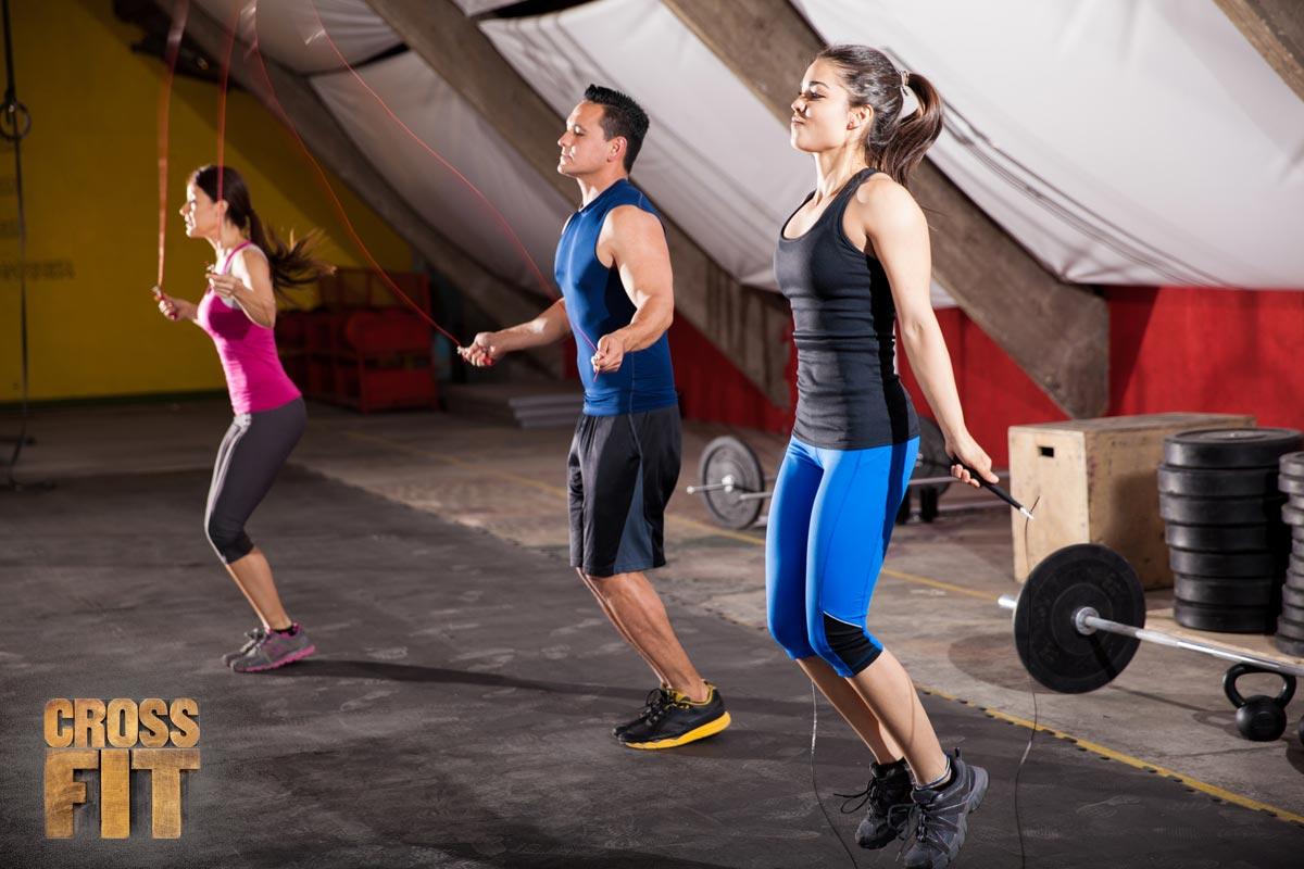 CrossFit využívá poměrně jednoduché formy cvičení – mezi cviky se objevuje i obyčejné skákání přes švihadlo.