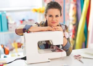 Šicí stroj patří do každé domácnosti. Jako pomůcka na vyspravení poškozeného oblečení i jako kreativní nástroj, jenž vám ze šití udělá skvělé hobby.