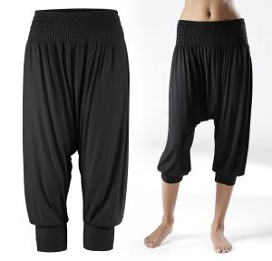 Harémové kalhoty rozhodně nejsou pro každou postavu. Dopřát si je ale alespoň na doma jako domácí oblečení může téměř každá z nás.