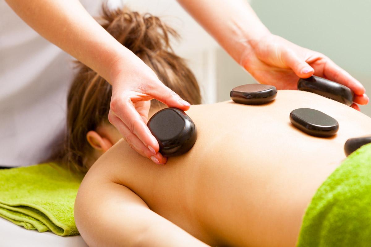 Masáž horkými lávovými kameny je skvělá jako první fáze celkové masáže.