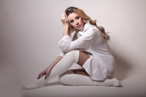 Bílá halenka patří mezi základní kousky šatníku každé ženy.
