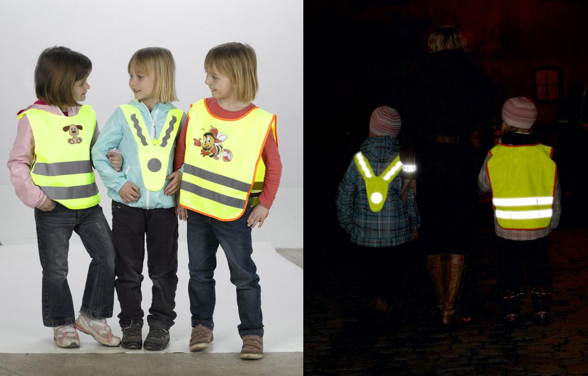 Reflexní vesta dokáže dítě bavit. Společnost Altima LZ, která se na oblečení s reflexními prvky a reflexní doplňky specializuje, dodává dětské reflexní vesty dokonce s dětskými potisky.